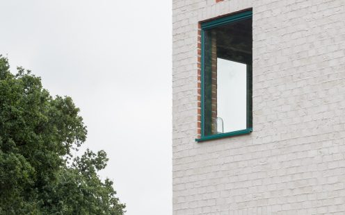 "red bricks in the window reveals, Atlas House, single-family house with facing bricks, Brick Award 2018 Winner Categoy ""Feeling at home"", Monadnok, Photo: Stijn Bollaert"