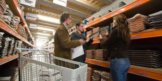 Couple and architect in the sample warehouse for roof tiles in our showroom in Londerzeel